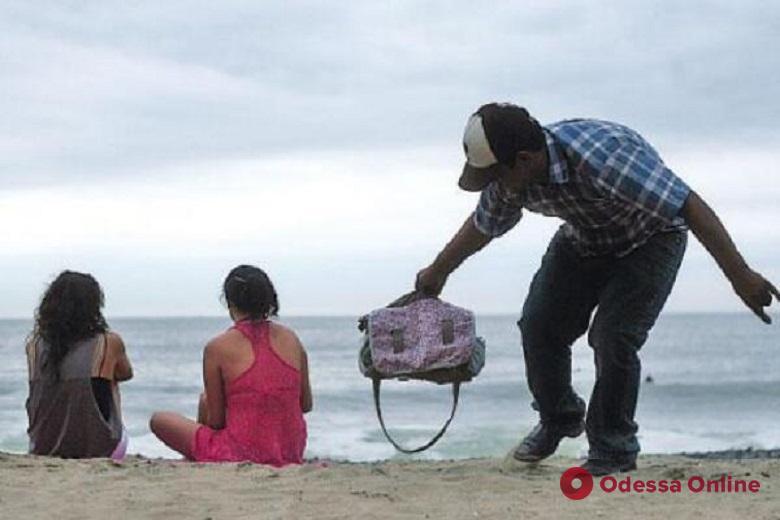 На пляже иностранный турист ограбил одесситку