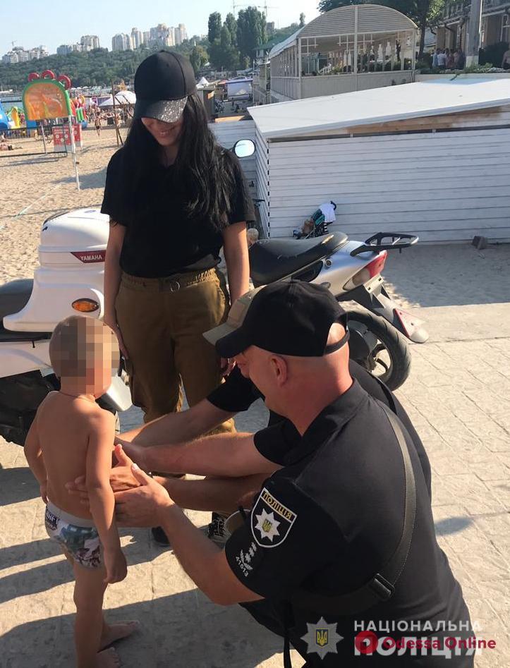 Потерялся на пляже: одесские полицейские нашли и вернули родителям 4-летнего мальчика