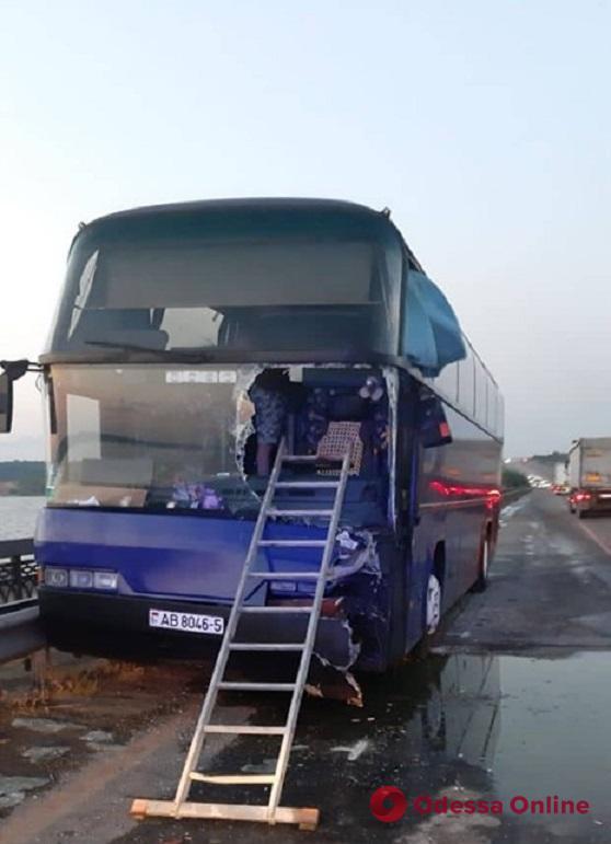 На трассе Киев-Одесса КамАЗ врезался в международный рейсовый автобус (видео)