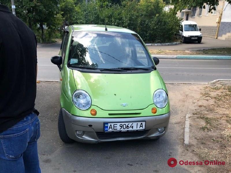 Отправились в музей: в Черноморске туристы оставили крохотную дочку в запертом автомобиле