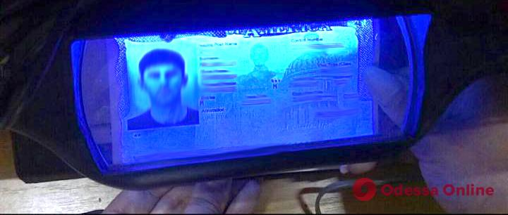 В Одесском аэропорту задержали иностранца с поддельной американской визой