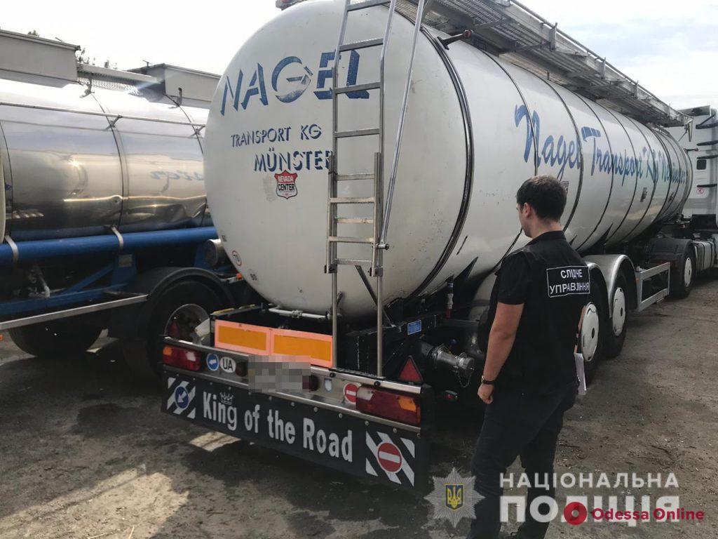 Сливали по дороге: в Одессе перевозчики воровали пальмовое масло