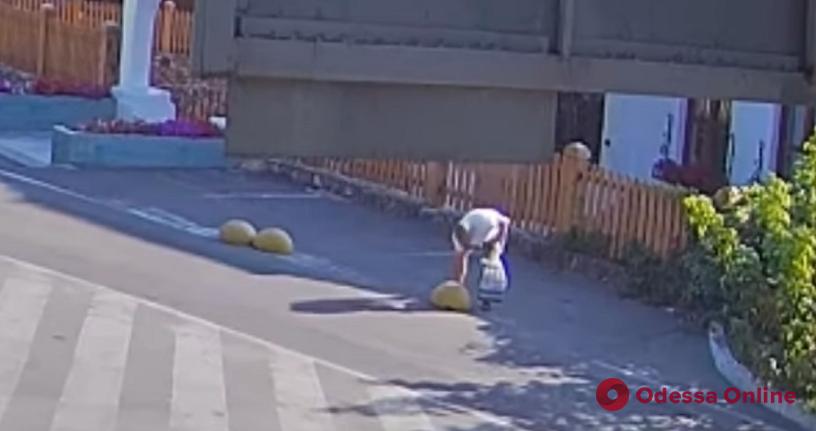 «В хозяйстве пригодится»: в Одессе произошла дерзкая кража бетонной полусферы (видео)