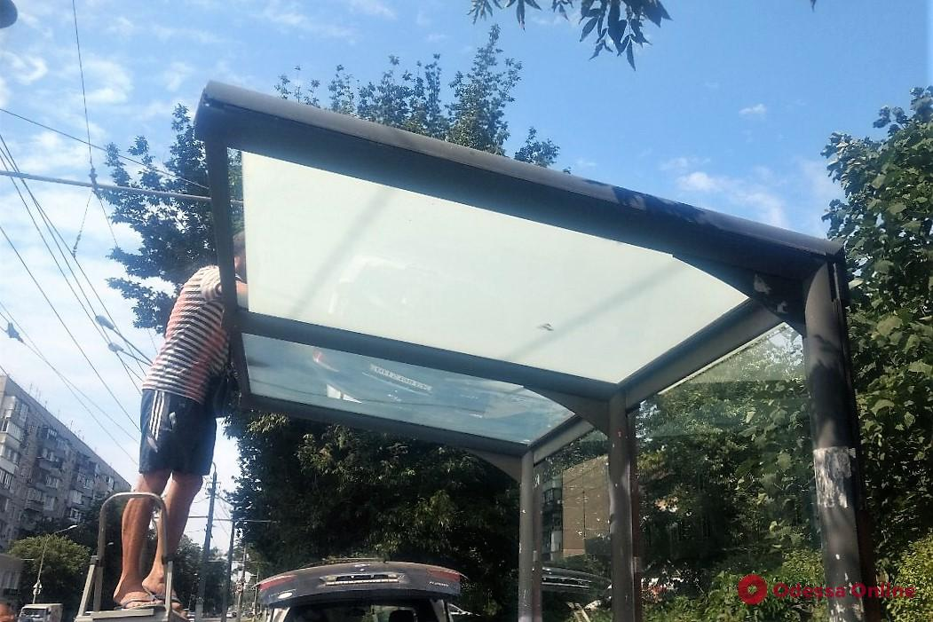 Одесские коммунальщики меняют разбитые вандалами стекла на остановках
