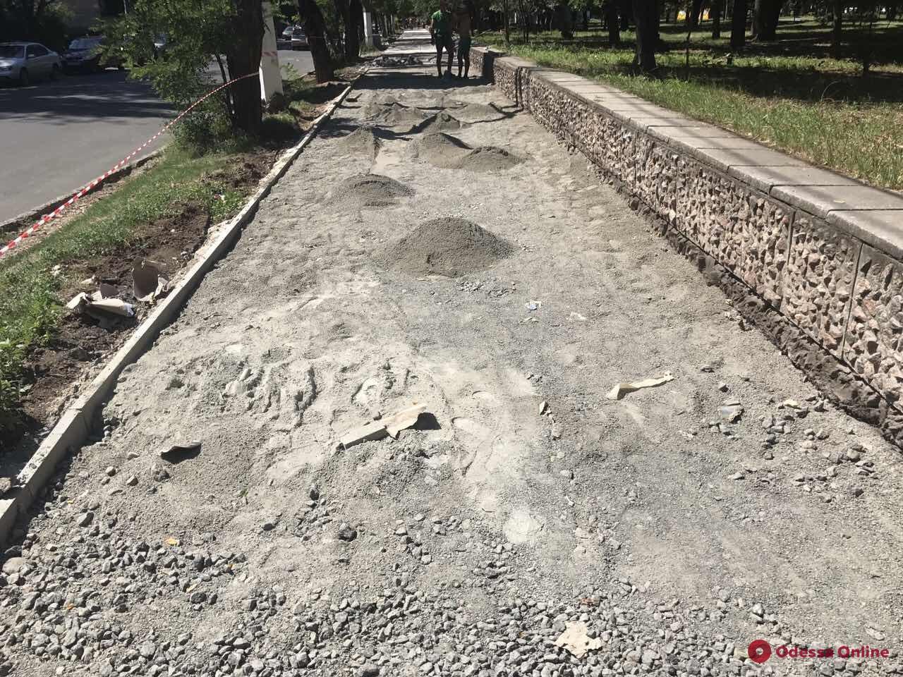 Вдоль парка Победы ремонтируют тротуар