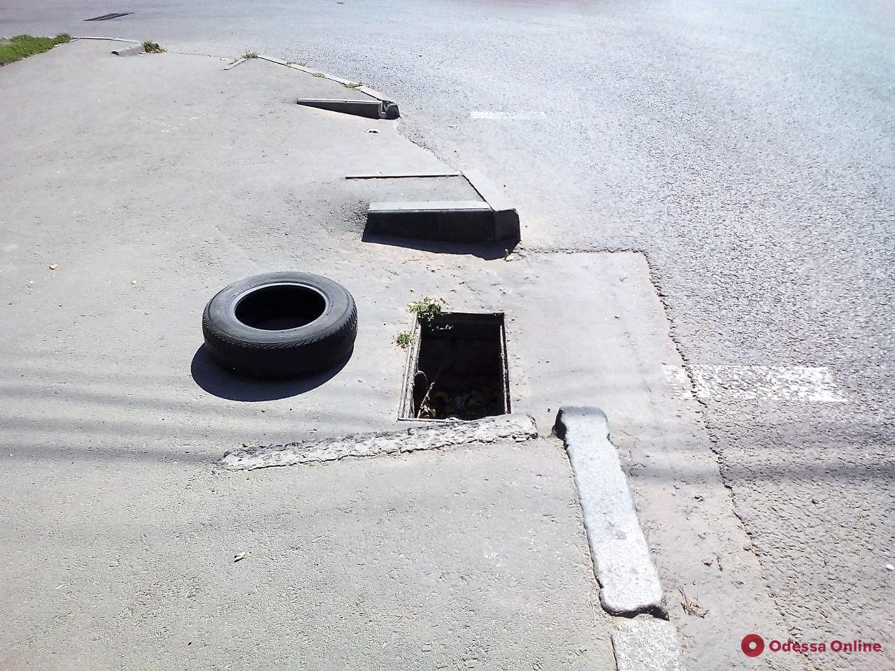 Одесские коммунальщики отремонтировали почти сотню дождеприемников