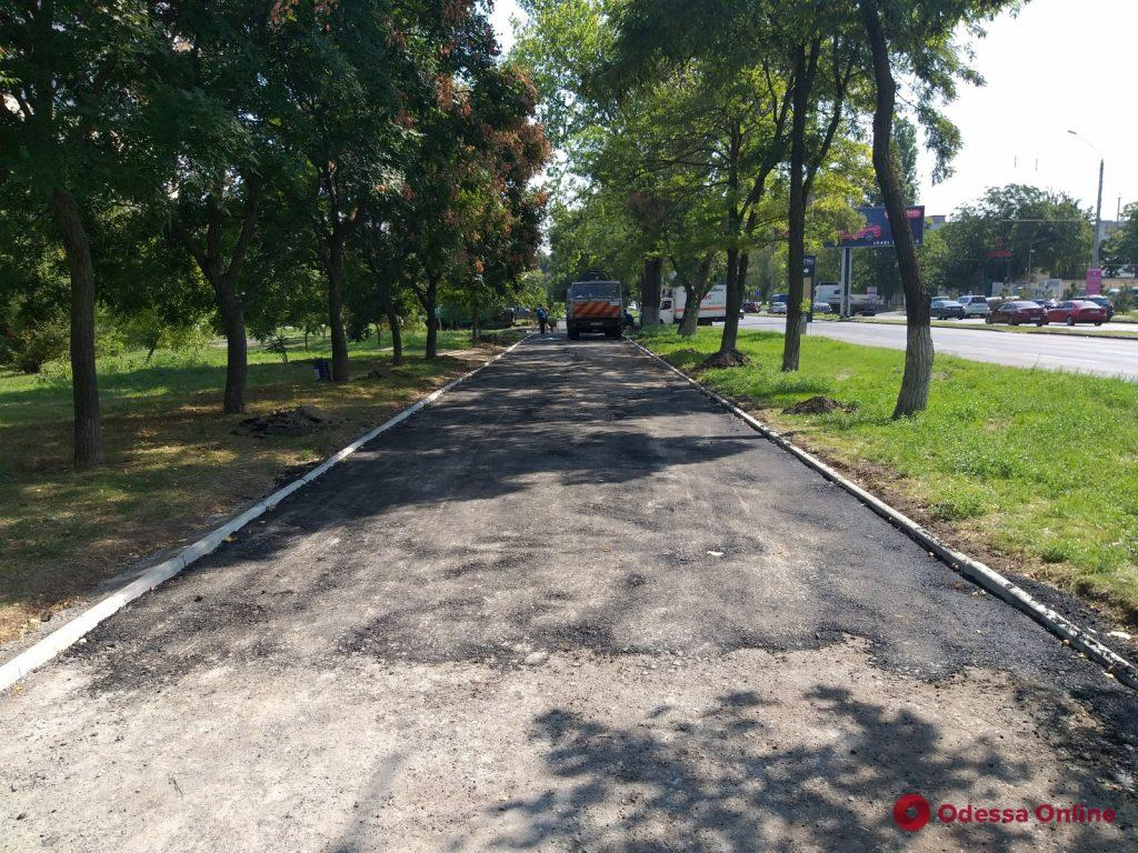 На проспекте Академика Глушко капитально ремонтируют тротуар