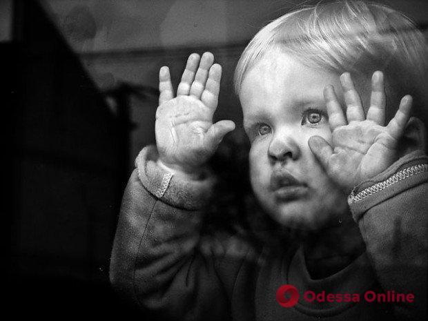 Оставила трех детей на свекровь и исчезла: в Одесской области горе-мать могут лишить родительских прав