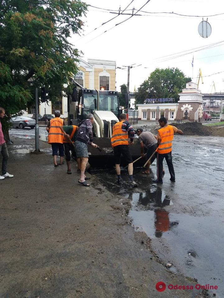 Одесские коммунальщики расчищают Таможенную площадь и Балковскую