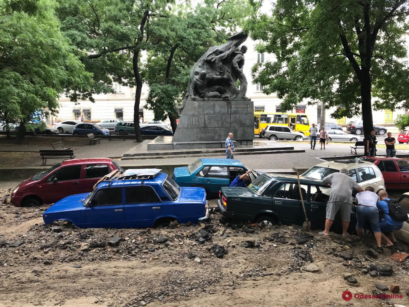 Ливневый поток смыл с Деволановского спуска более десятка машин (фото, видео)
