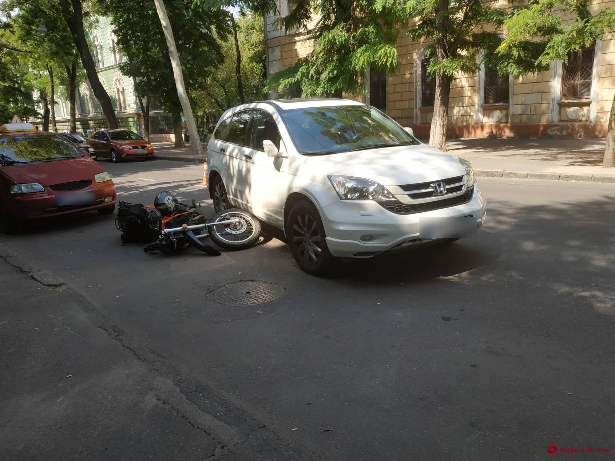 В центре Одессы столкнулись кроссовер и мотоцикл