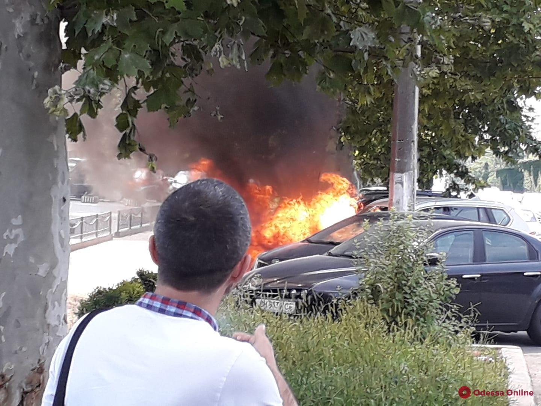 На проспекте Шевченко загорелся автомобиль (видео, обновлено)