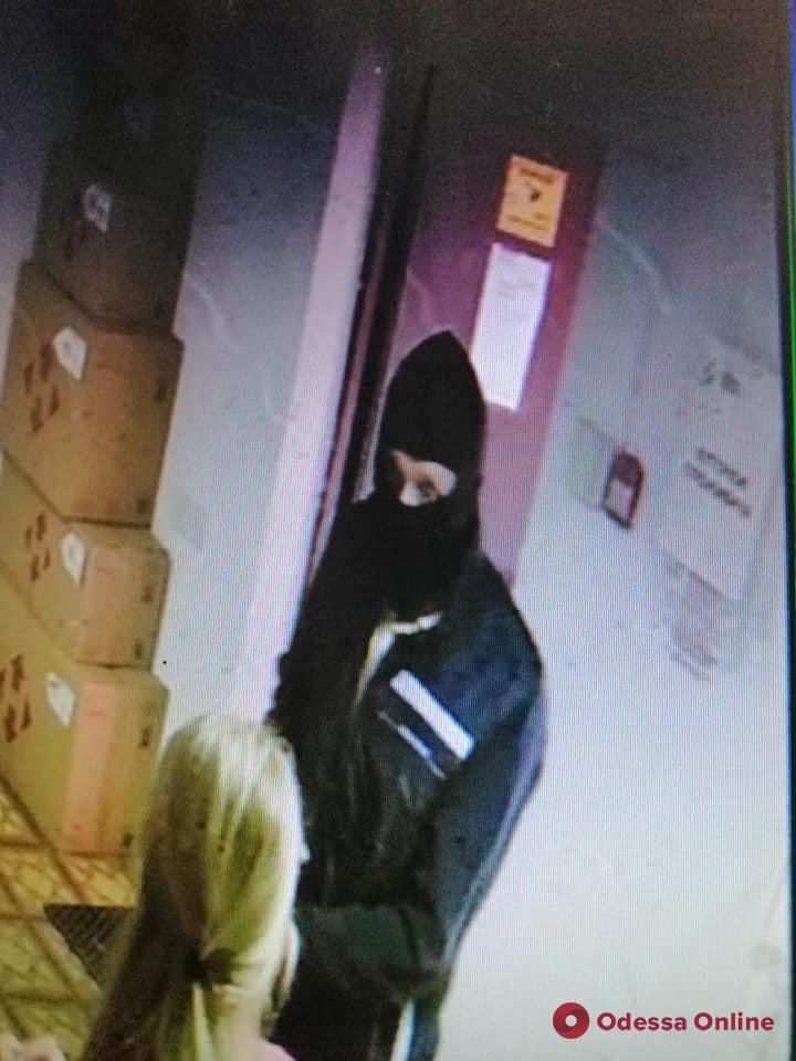 Под Одессой вооруженный разбойник напал на отделение «Новой почты» (видео)