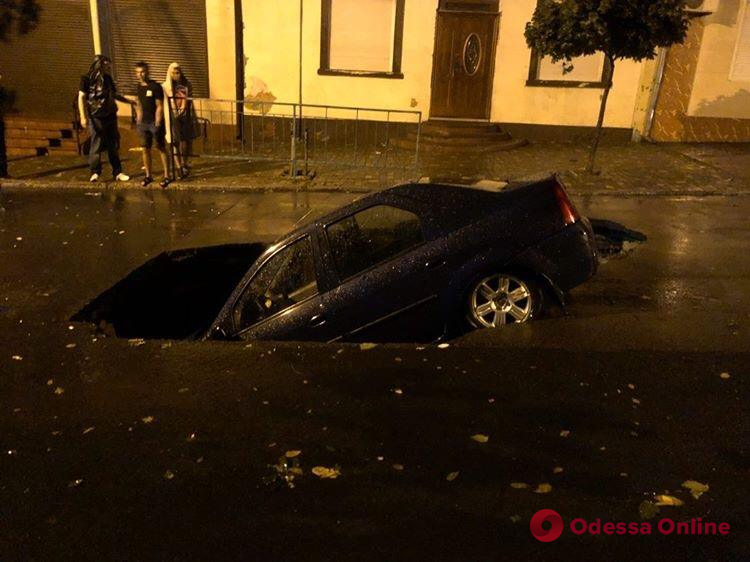 В Белгороде-Днестровском автомобиль провалился под асфальт