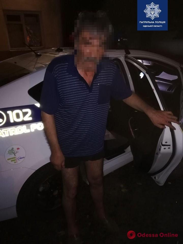 Бродил рядом с кладбищем: одесские патрульные вернули домой пропавшего мужчину