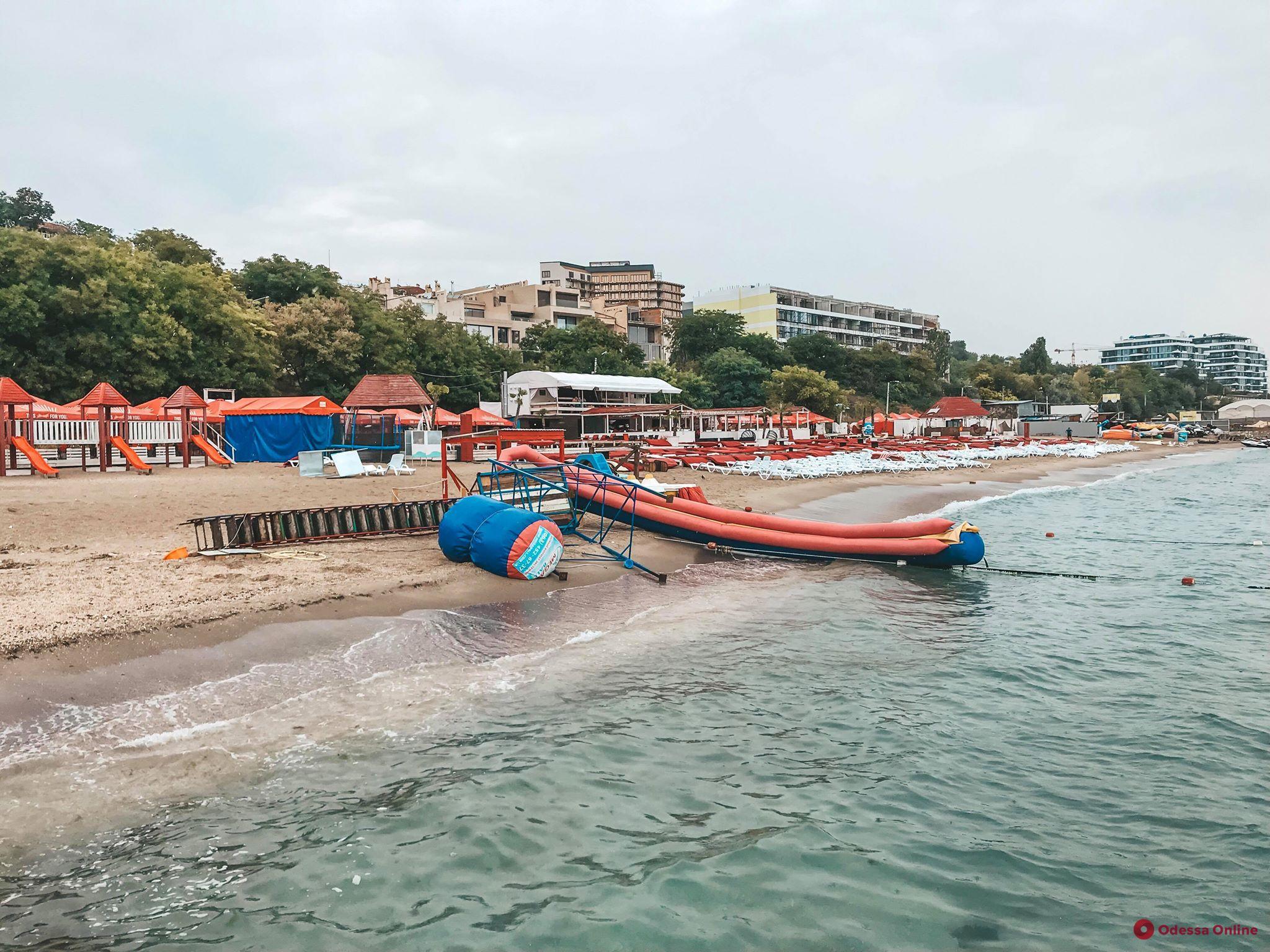 На одесском пляже сильный ветер повалил надувную горку — пострадал ребенок