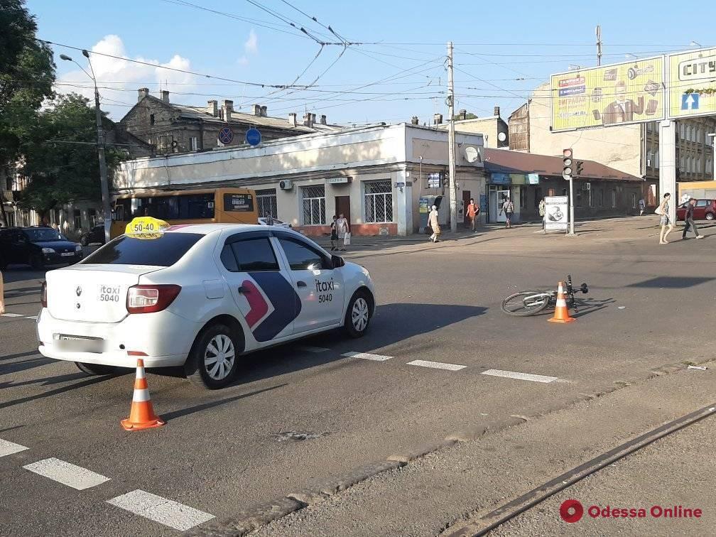 В Одессе автомобиль такси сбил велосипедистку