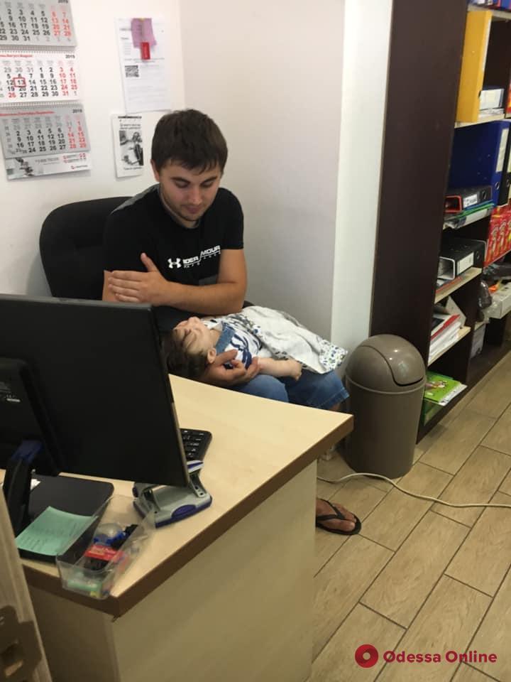Не слышит и не видит: одесские волонтеры срочно собирают деньги на слуховые аппараты для годовалого мальчика