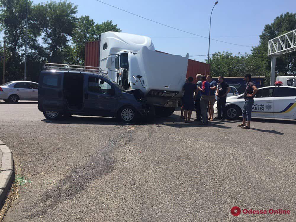 На Киевском шоссе столкнулись грузовик и микроавтобус — пострадали люди (обновлено)