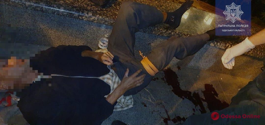 Лежал на тротуаре в крови: одесские патрульные спасли жизнь мужчине
