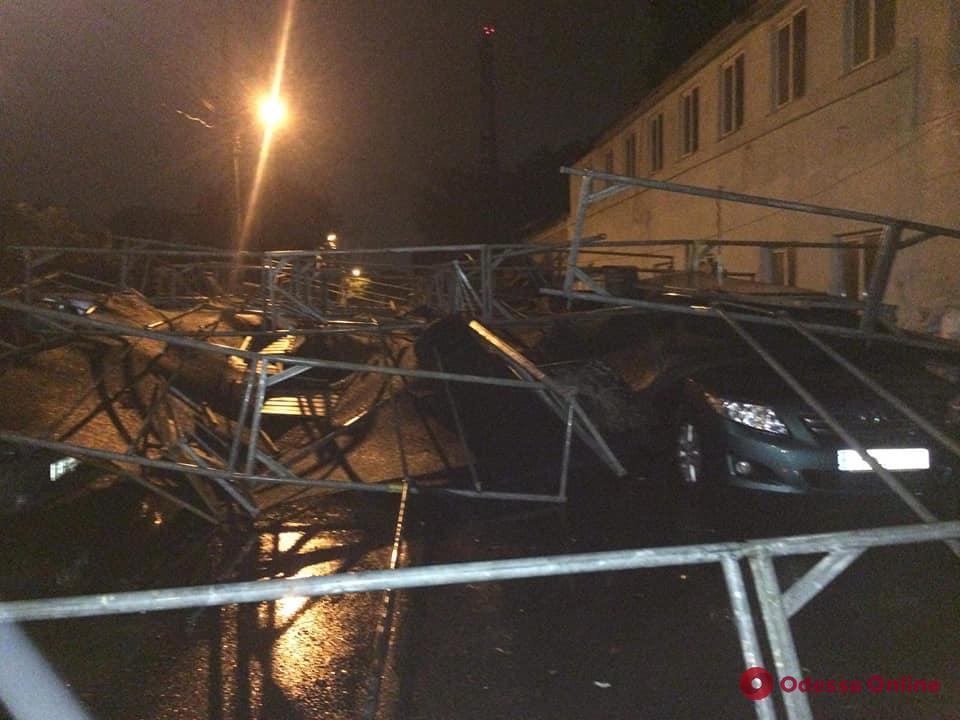 В Одессе строительные леса упали на припаркованные автомобили
