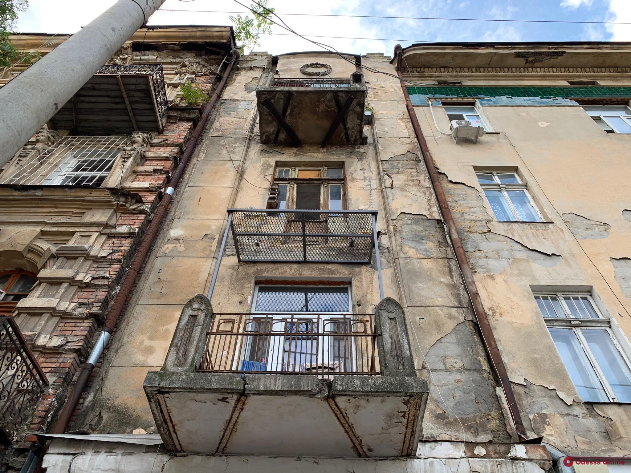 На Канатной коммунальщики демонтировали треснувший балкон