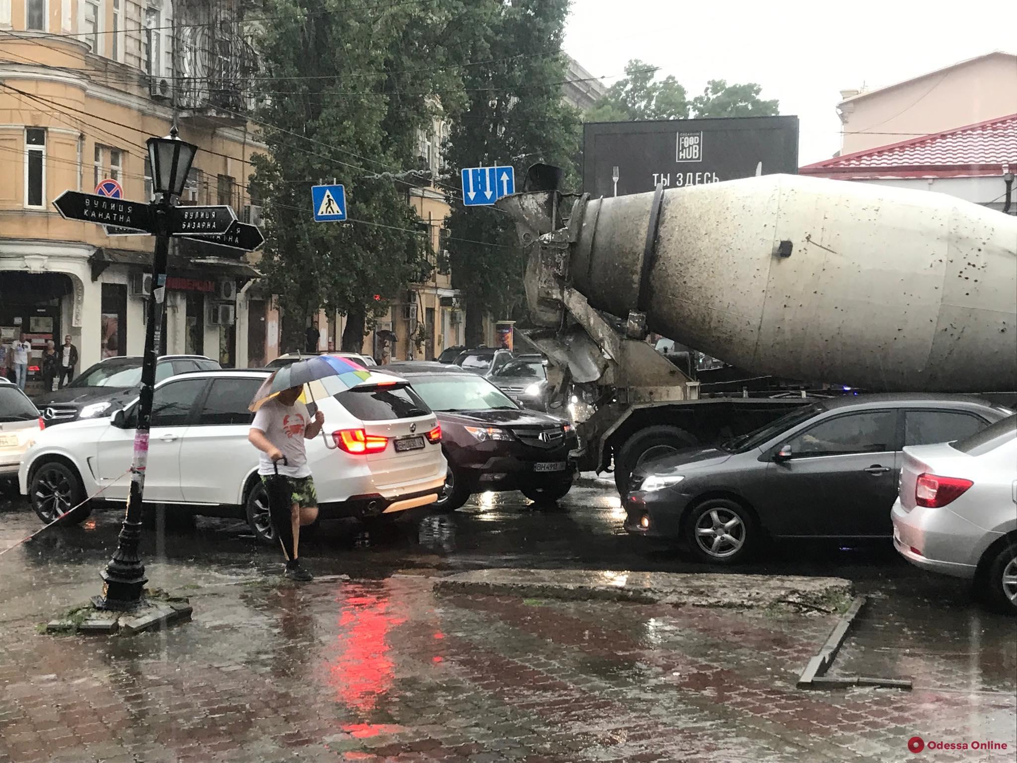 В центре Одессы столкнулась кроссовер и бетономешалка