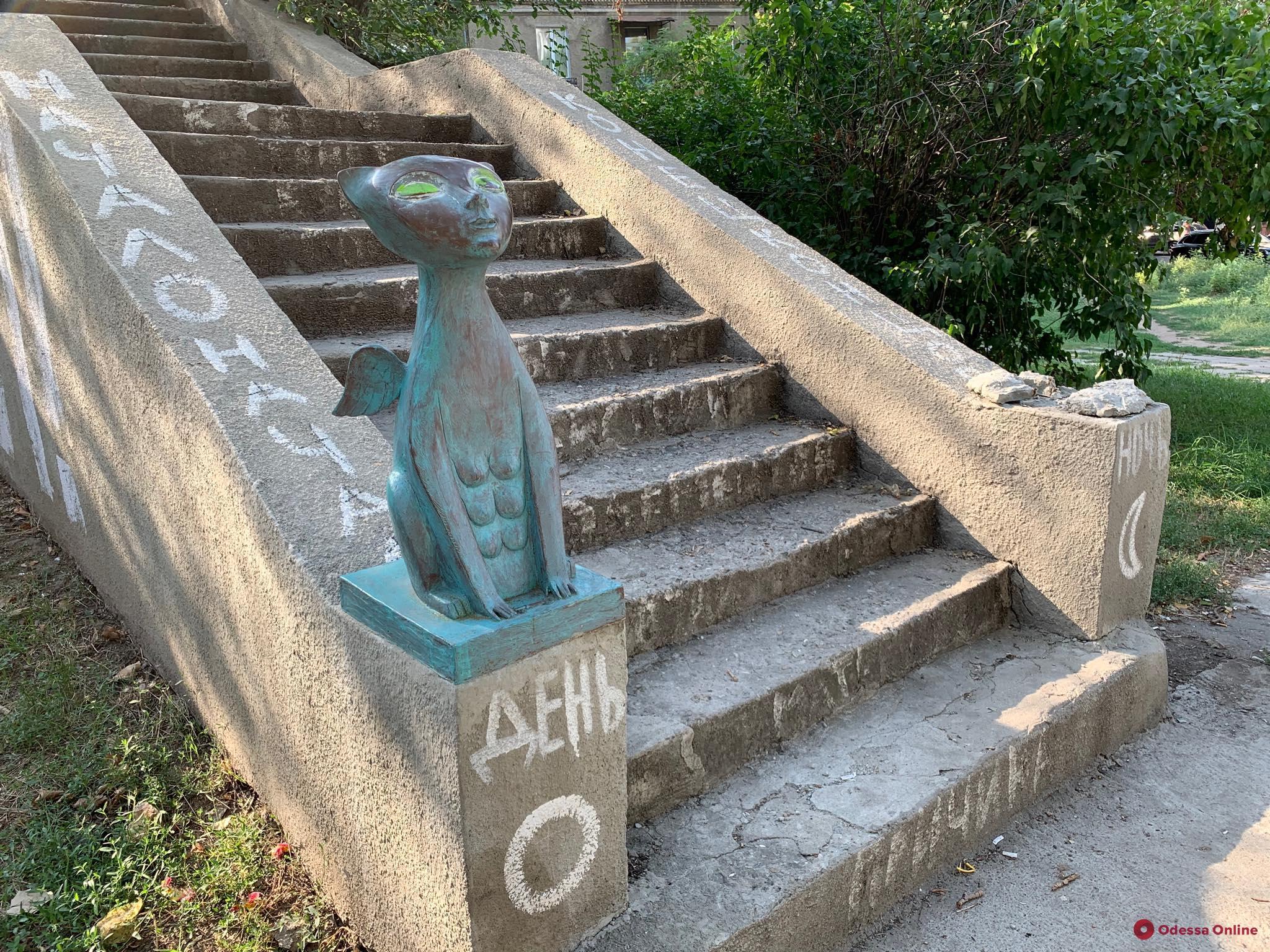 В Одессе украли еще одну кошачью скульптуру