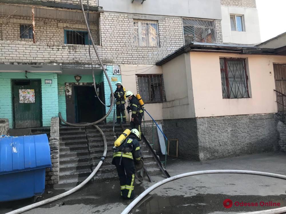 На поселке Котовского из-за пожара эвакуировали жильцов многоэтажки