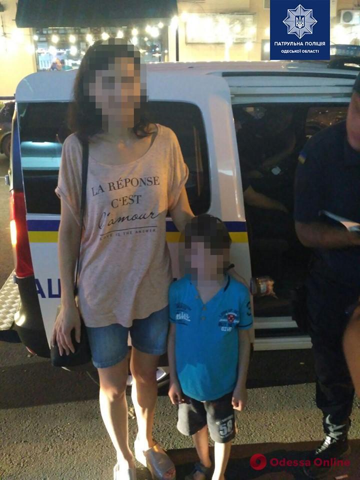 Одесские патрульные вернули матери потерявшегося 6-летнего мальчика