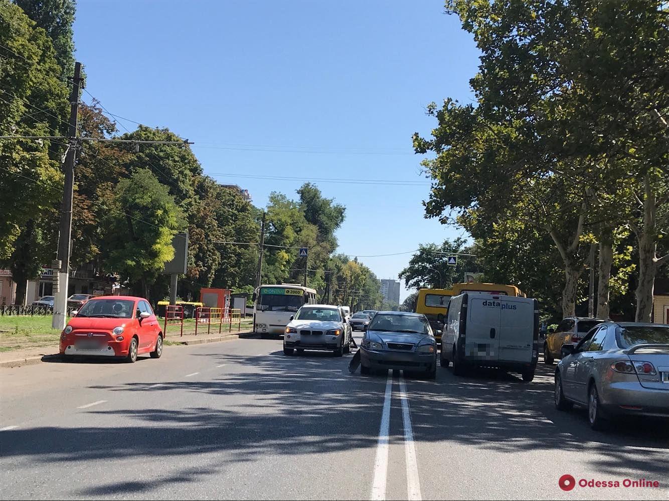 На Фонтанской дороге столкнулись легковушка, внедорожник и маршрутка