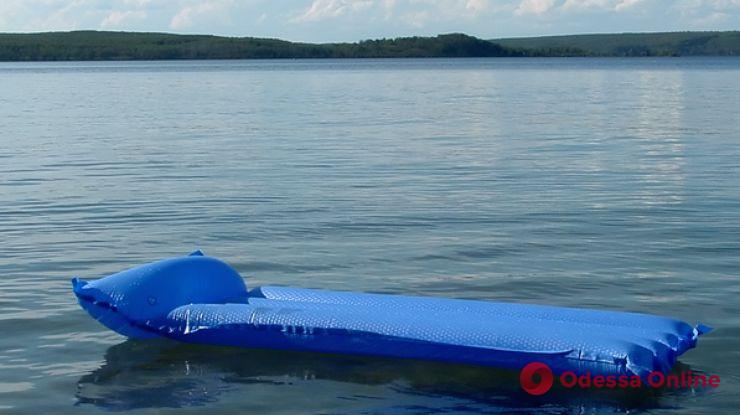 Житель Одесской области спас детей, которых унесло в море на надувном матрасе