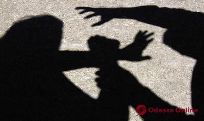Избили и ограбили: люди в балаклавах ворвались в дом в Одесской области