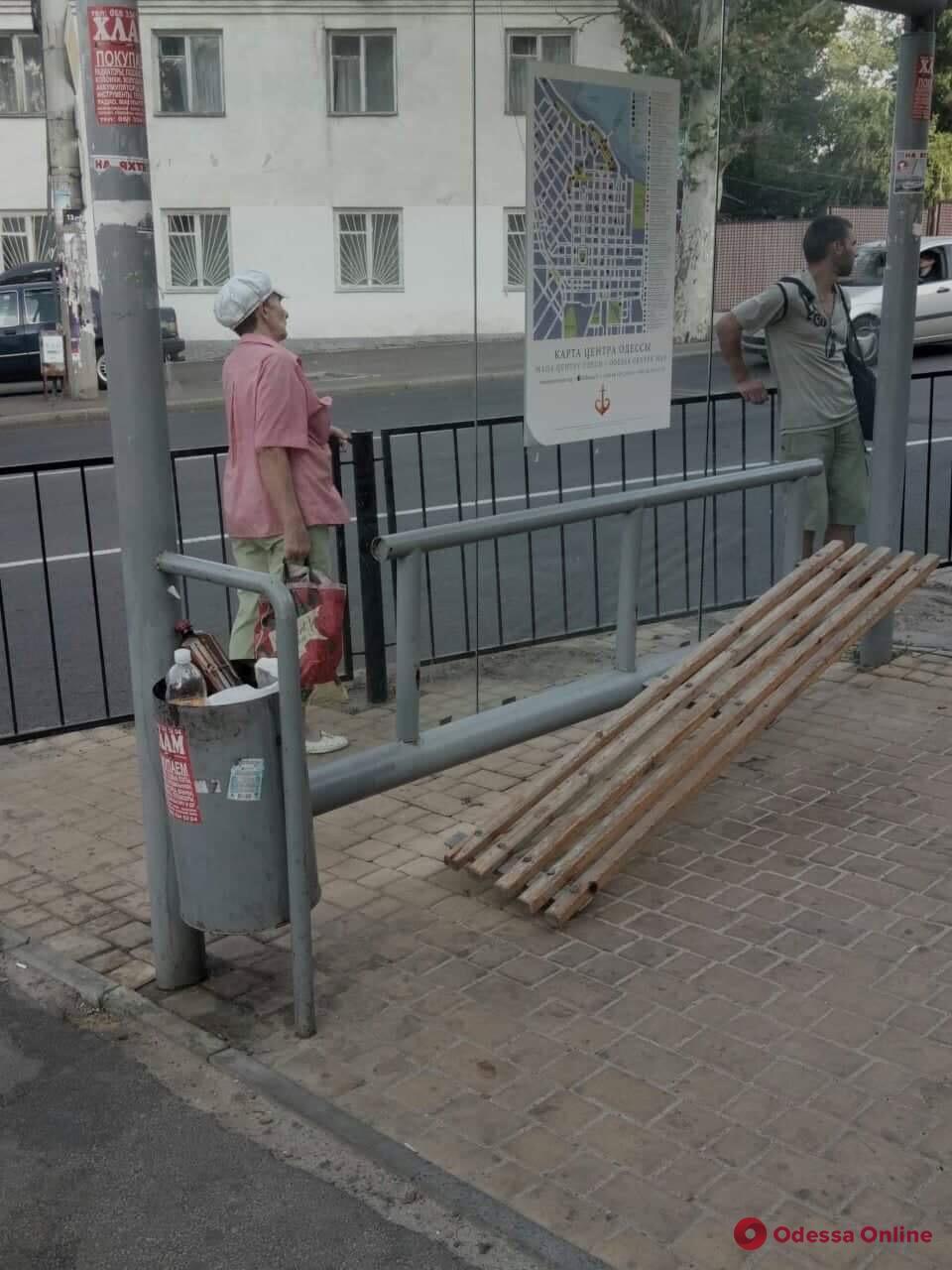 Вандалы повредили остановку на Фонтане в Одессе