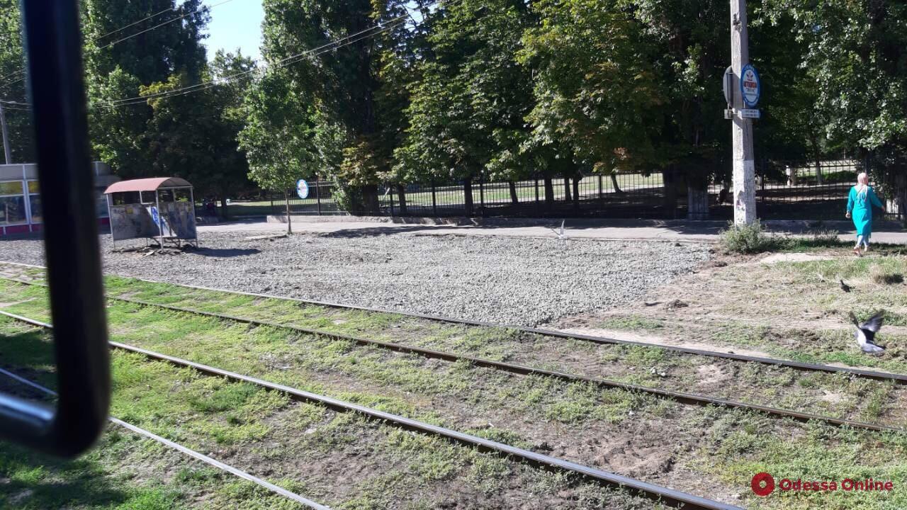На Таирова ремонтируют тротуары вдоль линии 13-го трамвая