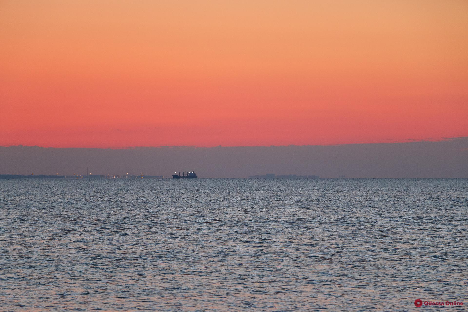 Любителям холодного купания: морская вода на одесских пляжах соответствует нормам