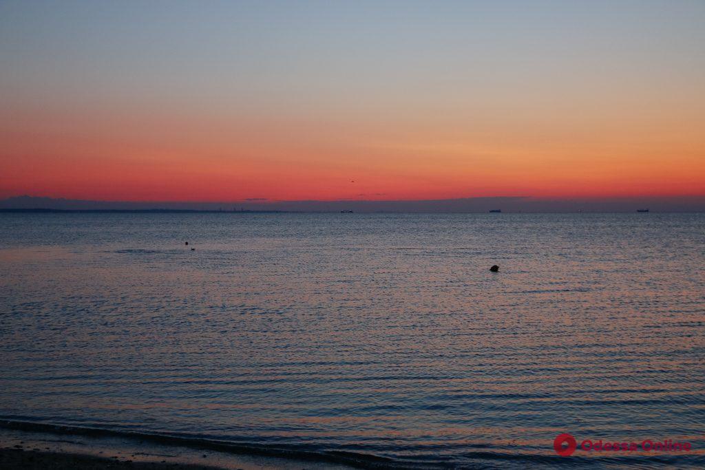 Доброе утро, Одесса: рассвет на пляже «Дельфин» (фоторепортаж)