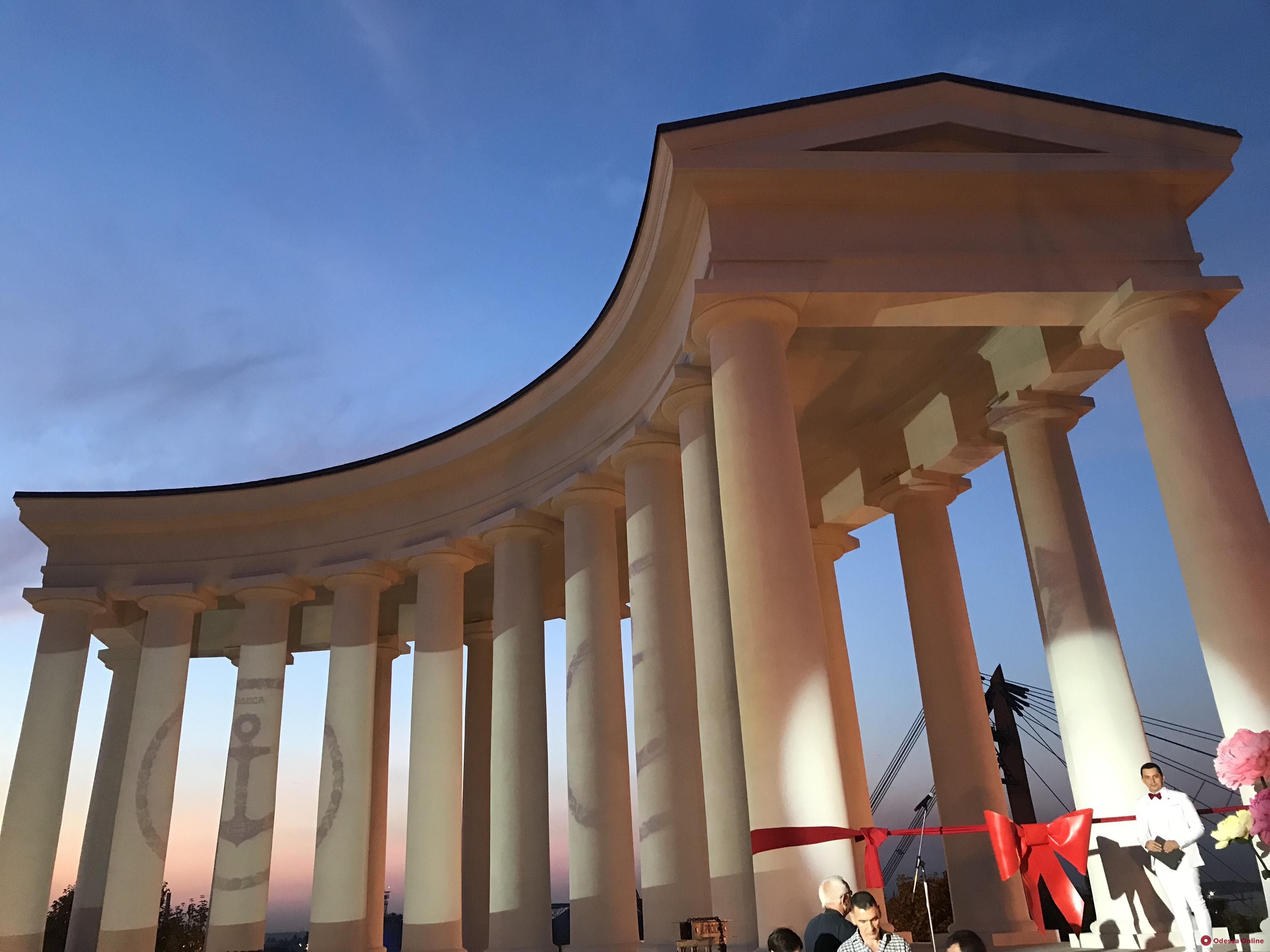 Под звуки оркестра в Одессе открыли отреставрированную Воронцовскую колоннаду