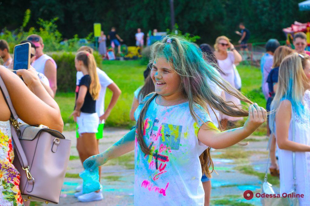 В Дюковском парке одесситы веселились и раскрашивали друг друга (фоторепортаж)