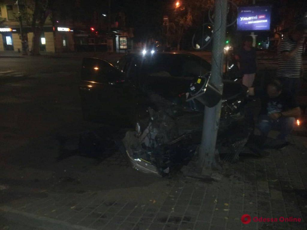 Ночью на Ришельевской легковушка врезалась в светофор