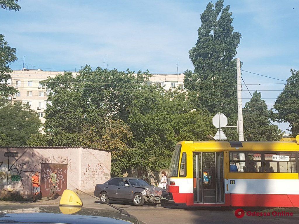 На Люстдорфской дороге столкнулись легковушка и трамвай (фото)