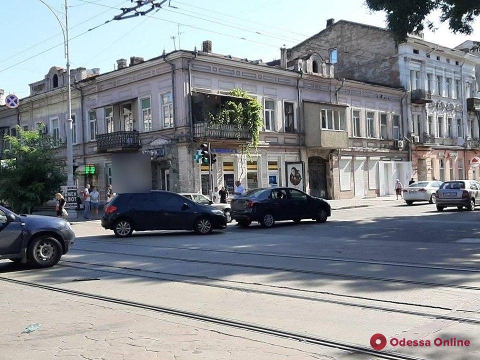 В центре Одессы Toyota «догнала» Renault