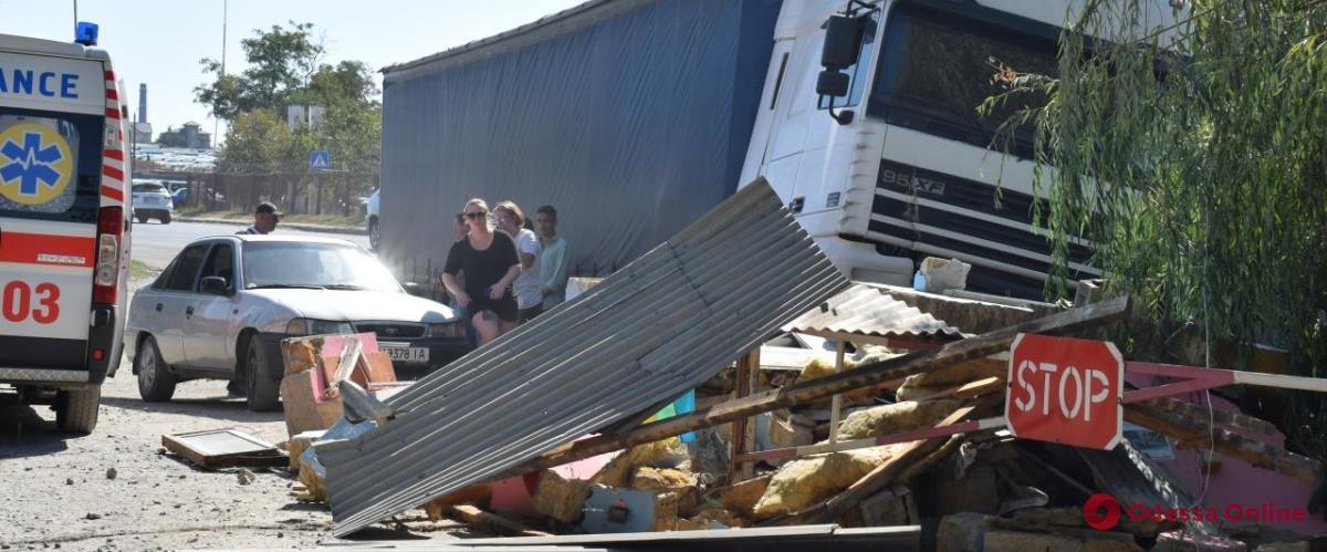 В Одесской области фура снесла будку КПП вместе со шлагбаумом
