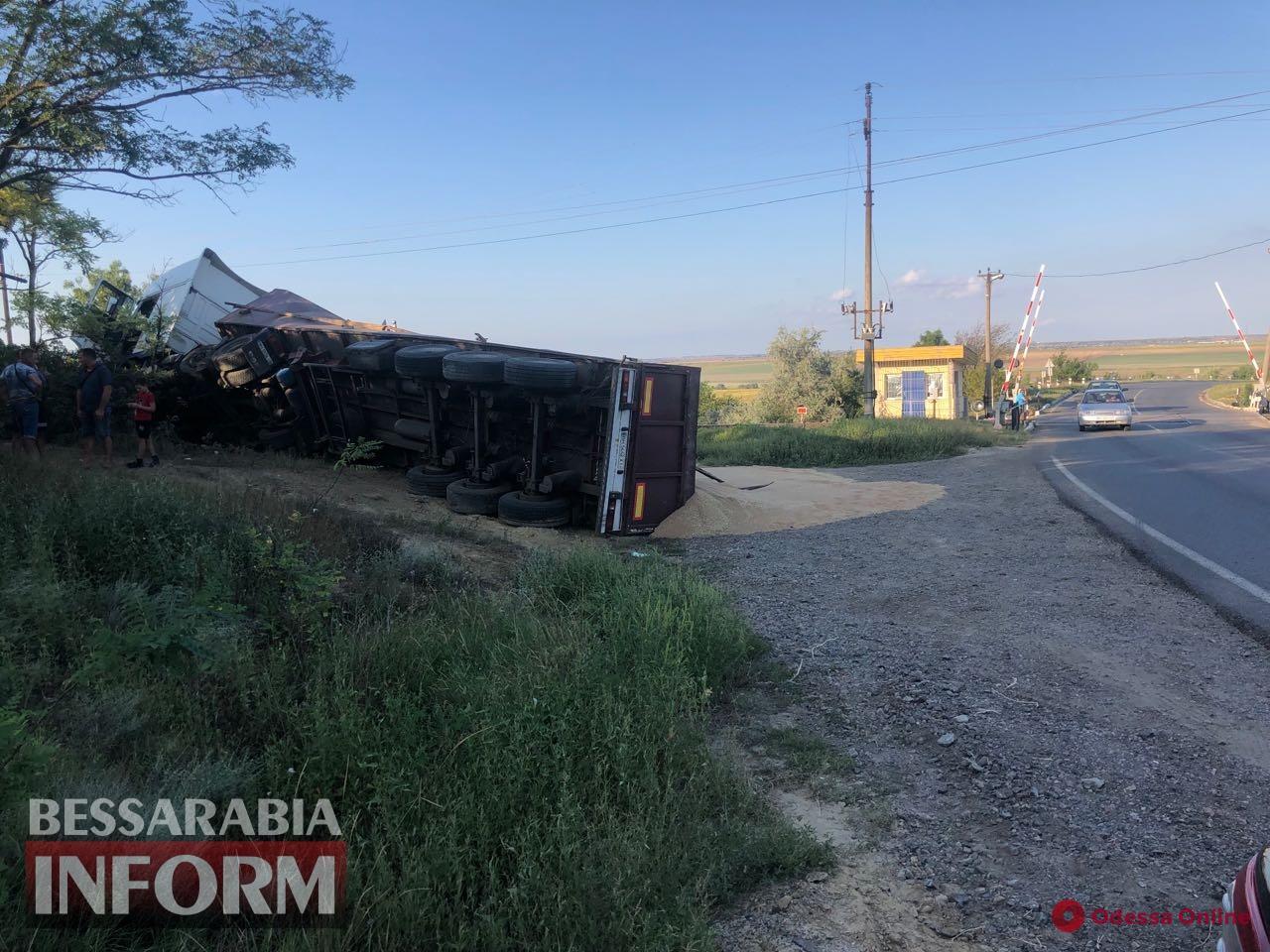 На трассе Одесса-Рени перевернулся многотонный грузовик с зерном