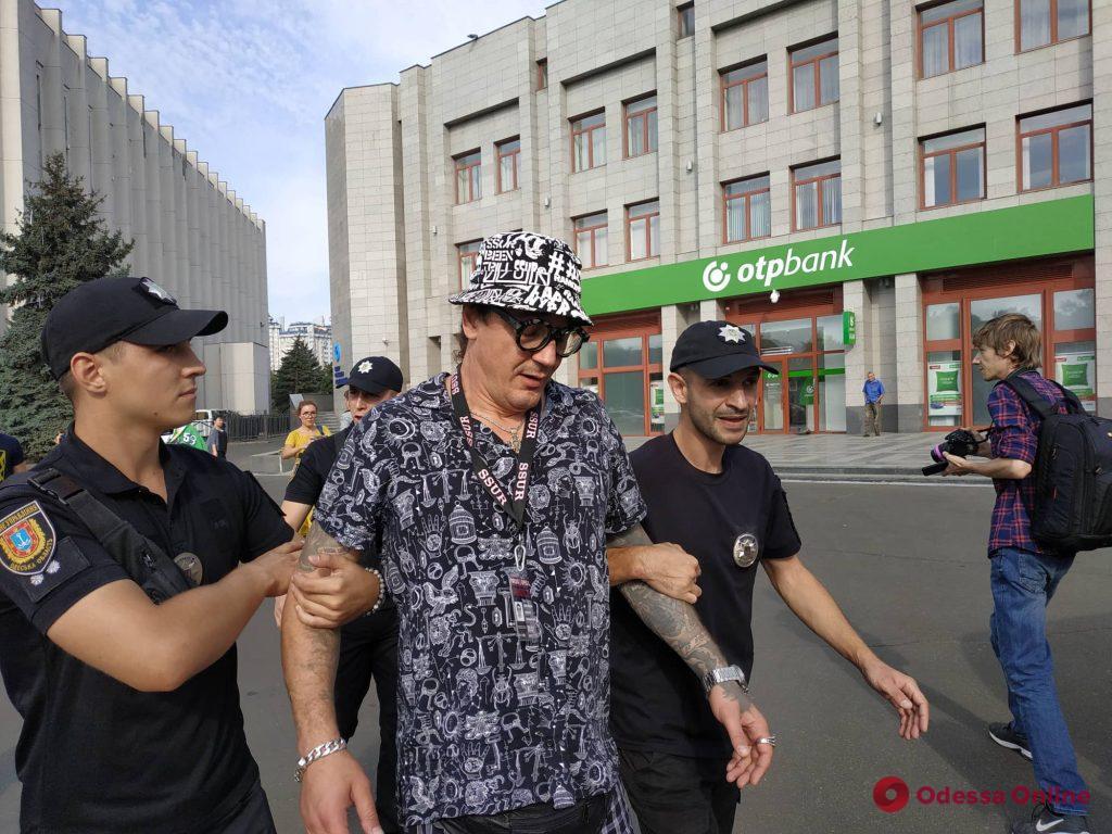 У стен Одесского облсовета подрались известный блогер и активист (обновлено)