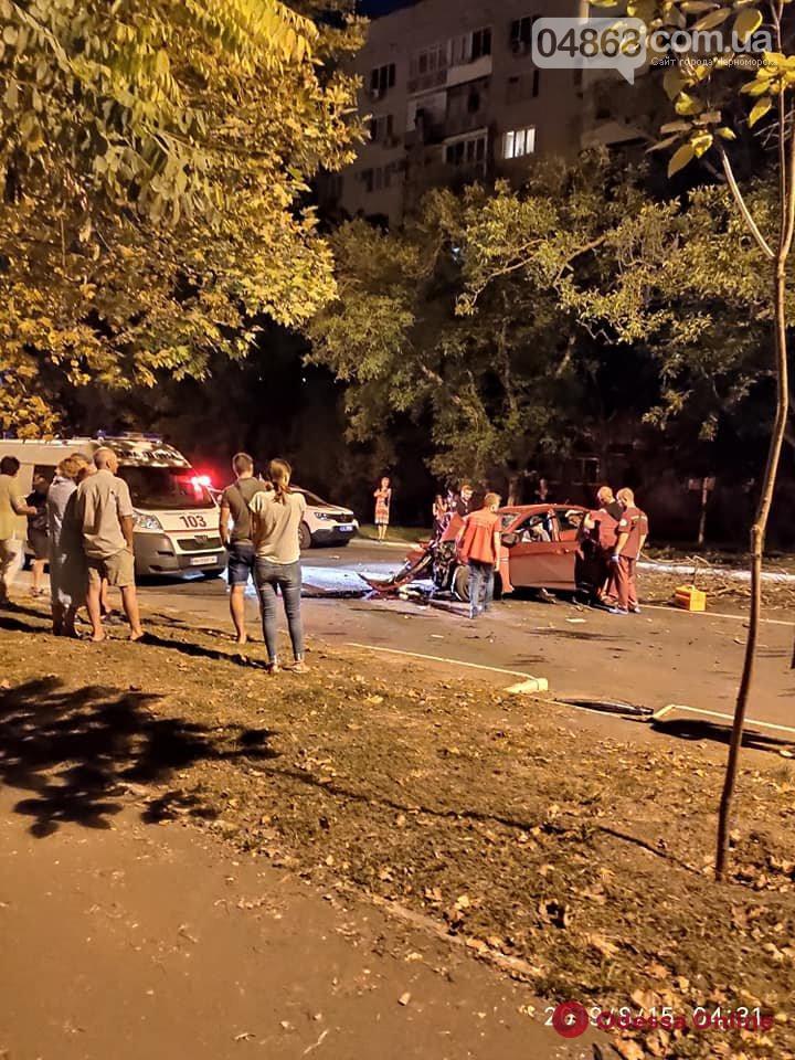 В Черноморске легковушка врезалась в дерево — есть пострадавшие (фото)