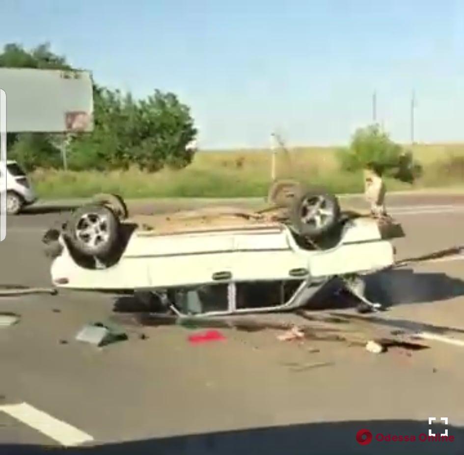 ДТП в Одесской области: на автодороге перевернулся автомобиль (видео)