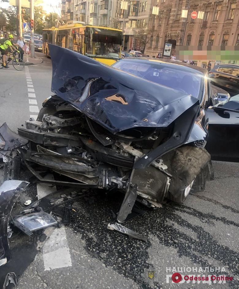 В центре Киева Range Rover одесского бизнесмена протаранил Tesla и сбил трех пешеходов