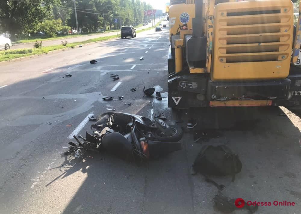 На Таирова мопедист врезался в автокран