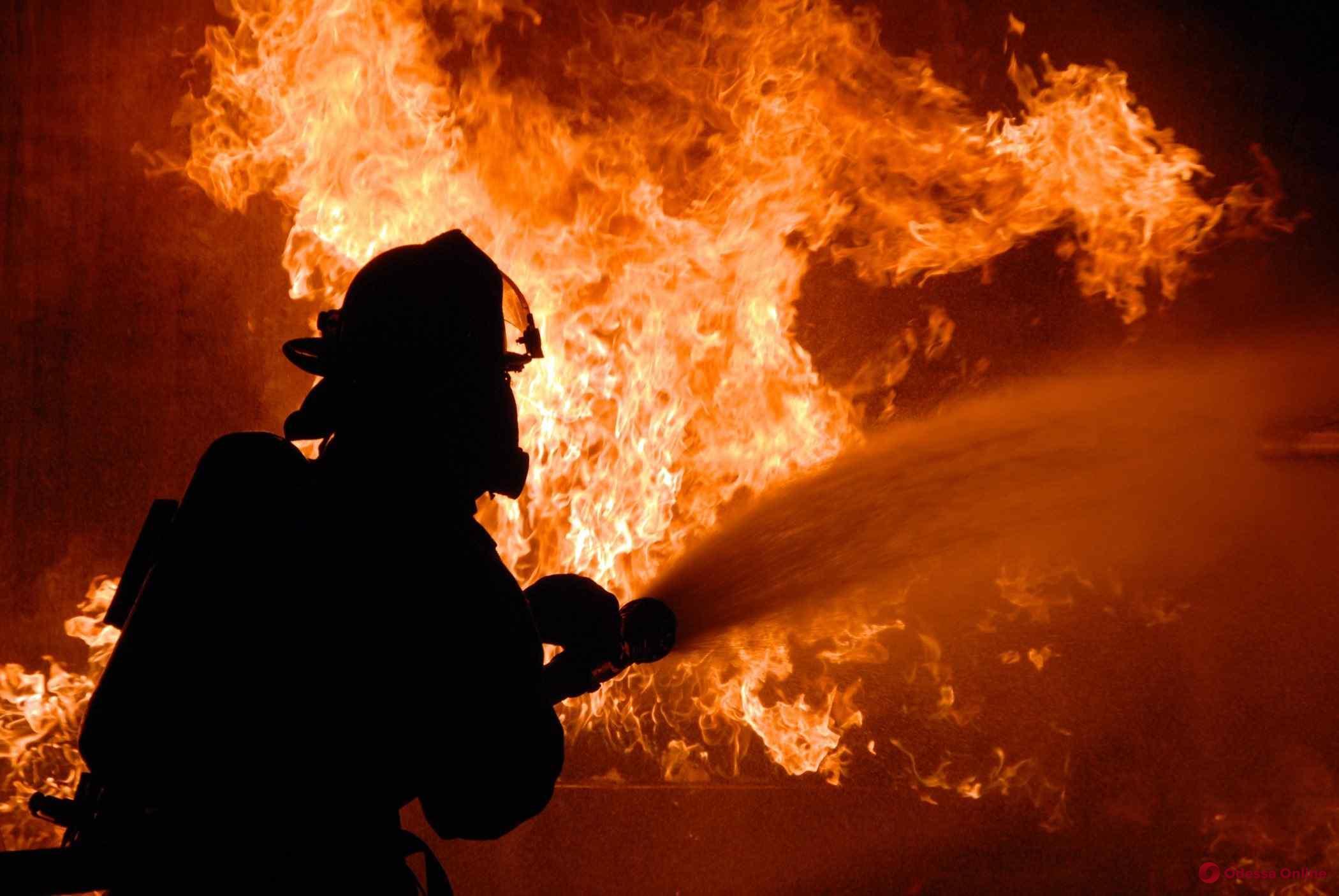 На Сегедской тушили пожар в пятиэтажке (видео)
